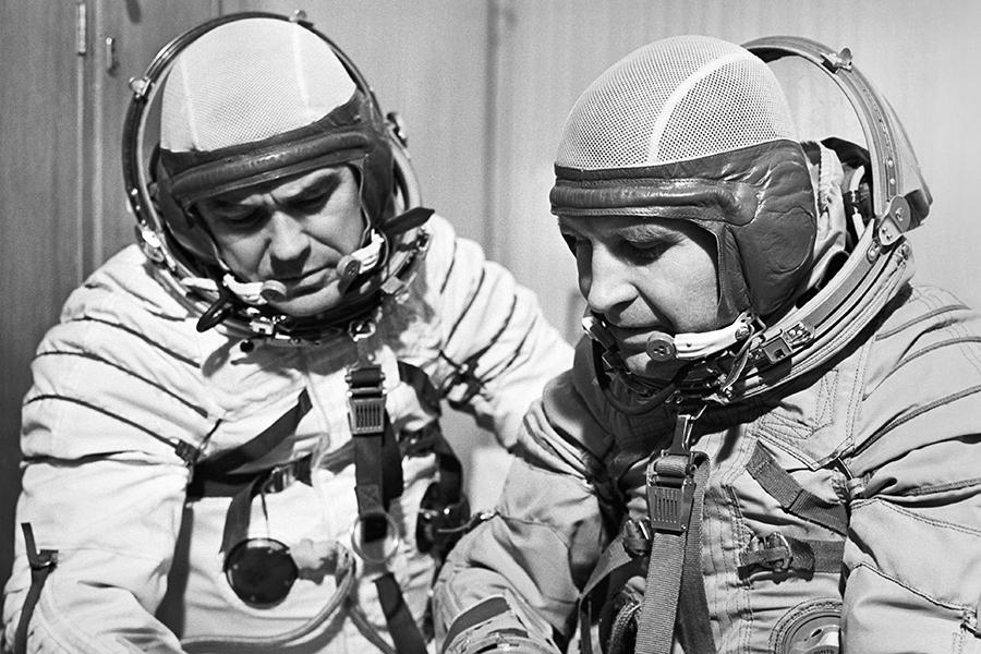 Члены экипажа космического корабля «Союз-12» Василий Лазарев и Олег Макаров во время тренировок в Центре подготовки космонавтов