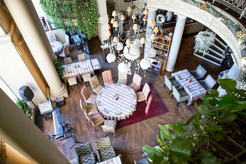 Дом Карло  Проект ресторанного холдинга Ginza открылся в 2011 году на Садово-Кудринской в двухэтажном особняке 19 века. Ранее в этом же здании находились рестораны «Гусаръ» и «1812 год». Респектабельный ресторан авторской итальянской кухни был обязан своей популярностью шеф-повару Карло Греку – ученику Алена Дюкасса.  Ресторан был известен в том числе благодаря своим светским мероприятиям – показам мод, закрытым вечеринкам для героев светской хроники московского глянца и т.д. Средний чек – более 2,5 тыс. руб.