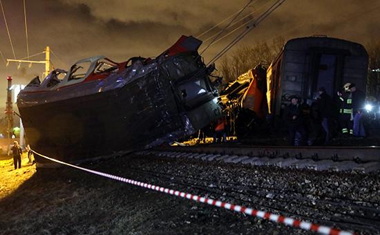 Последствия столкновения поезда и электрички на западе Москвы