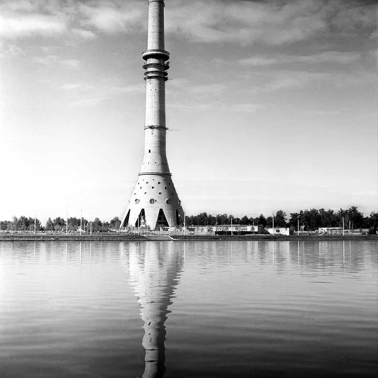 Небольшой фундамент — идея конструктора Николая Никитина. По его замыслу, масса конусообразного основания башни во много раз превышает массу мачты, что и обеспечивает сооружению устойчивость