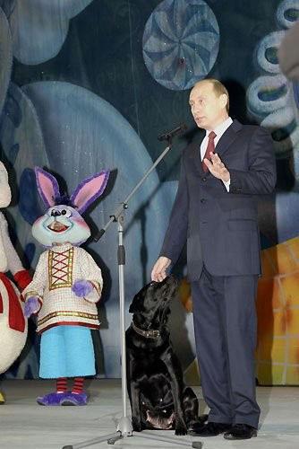 Владимир Путин нановогоднейелкев Государственном Кремлевскомдворце. 2004 год