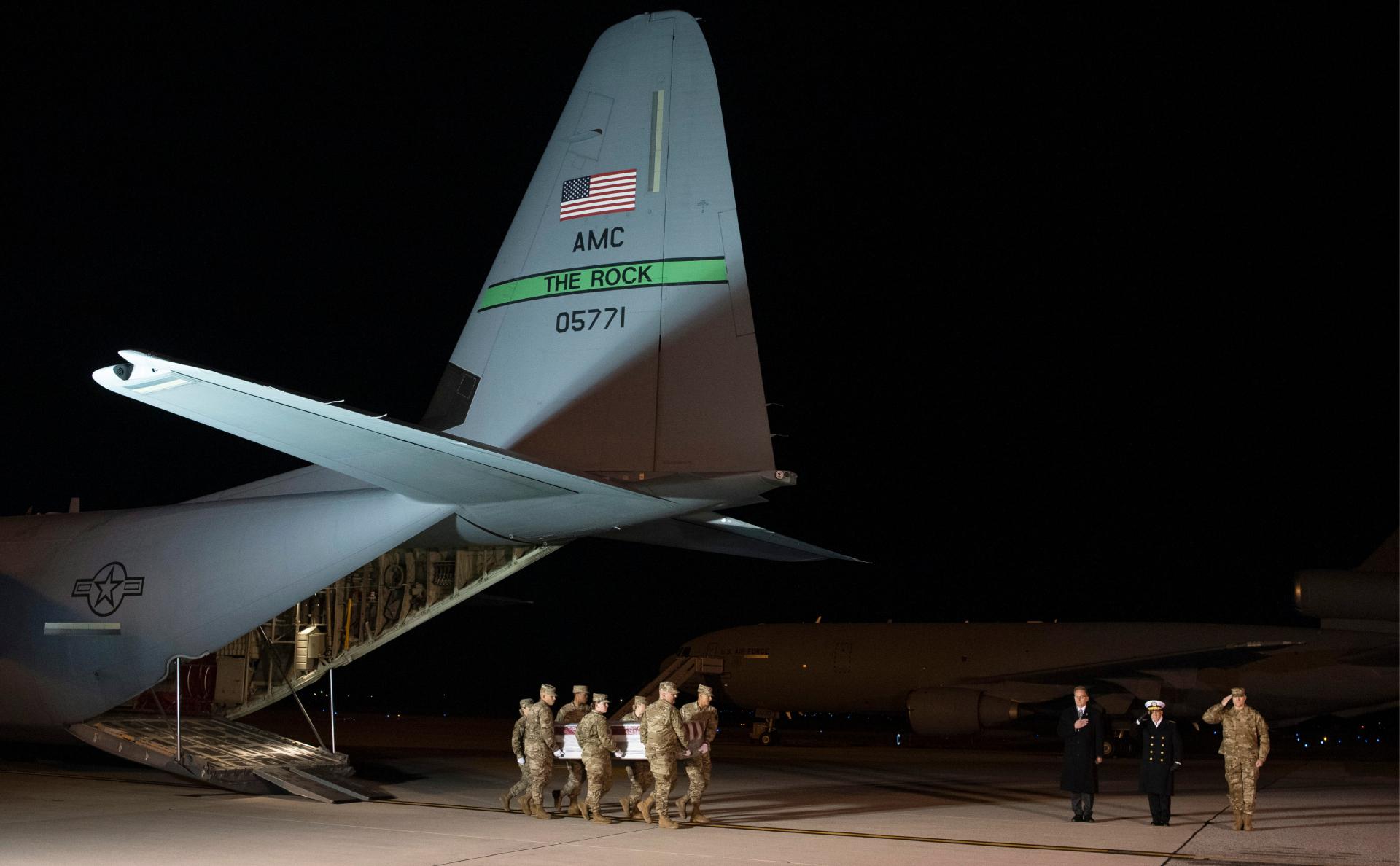Служащие ВВС транспортируют останки одного из погибших во время стрельбы на авиабазе в Пенсаколе