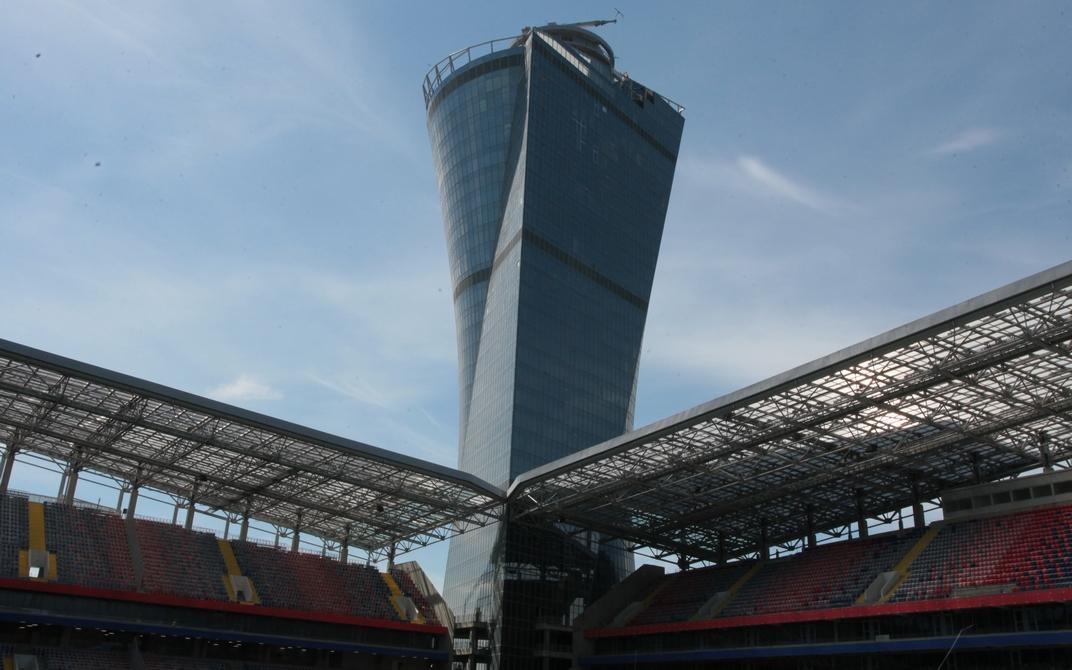 Доминантой нового комплекса станет 38-этажная офисная башня высотой 142 м. Нижние этажи до пятого включительно предназначены для команды, прессы и зрителей — здесь обустроят помещение для пресс-конференций, кафе, а также раздевалки и разминочные залы для спортсменов. Все, что выше, достанется сторонним арендаторам