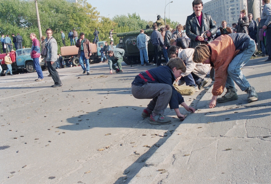 Мальчишки собирают гильзы возле Белого дома