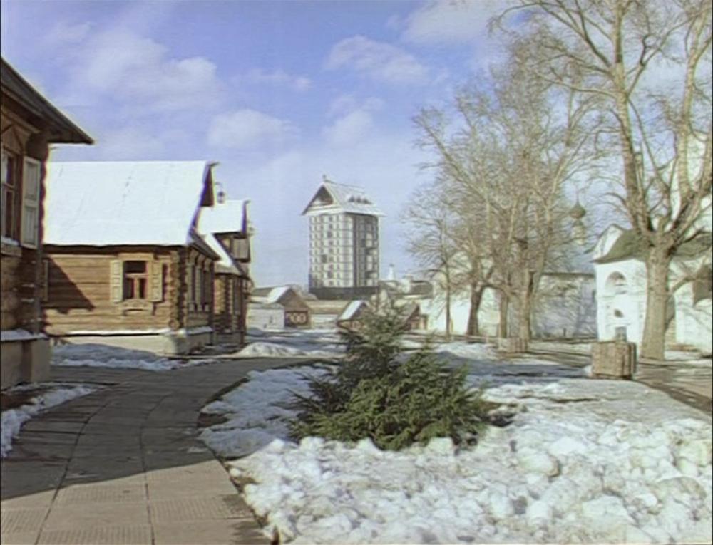 Первые кадры кинофильма «Чародеи». С помощью комбинированных съемок гостиницу «перенесли» в Покровский монастырь в Суздале и ретушью «надстроили» туркомплексом «Суздаль»