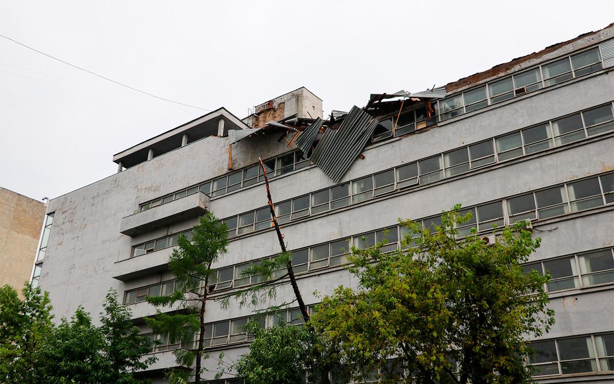 <p>Разрушенная ветром крыша здания на ул. Правды</p>