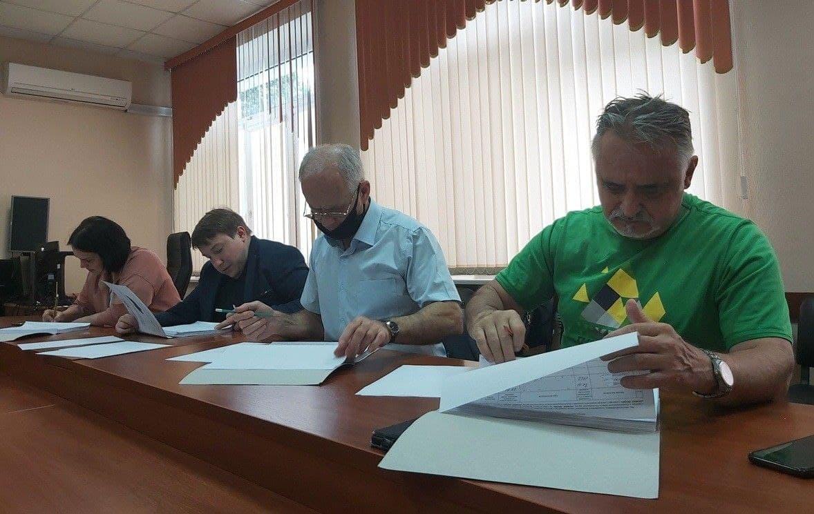 На фото: проверка подписных листов кандидатов