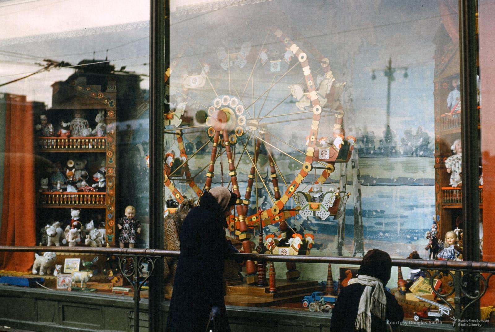 Витрина магазина наТеатральной площади