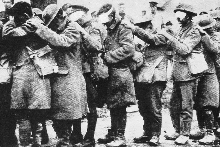 Один из первых крупнейших случаев применения боевых отравляющих веществпроизошел 22 апреля 1915 года, когда немецкие войска распылили около 168 тхлора на позициях вблизи бельгийского города Ипр. Жертвами этой атаки стали 1100 человек. Всего же во время Первой мировой в результате применения химического оружия погибли около 100 тыс. человек, 1,3 млн пострадали.  На фото: ослепленная хлором группа британских солдат