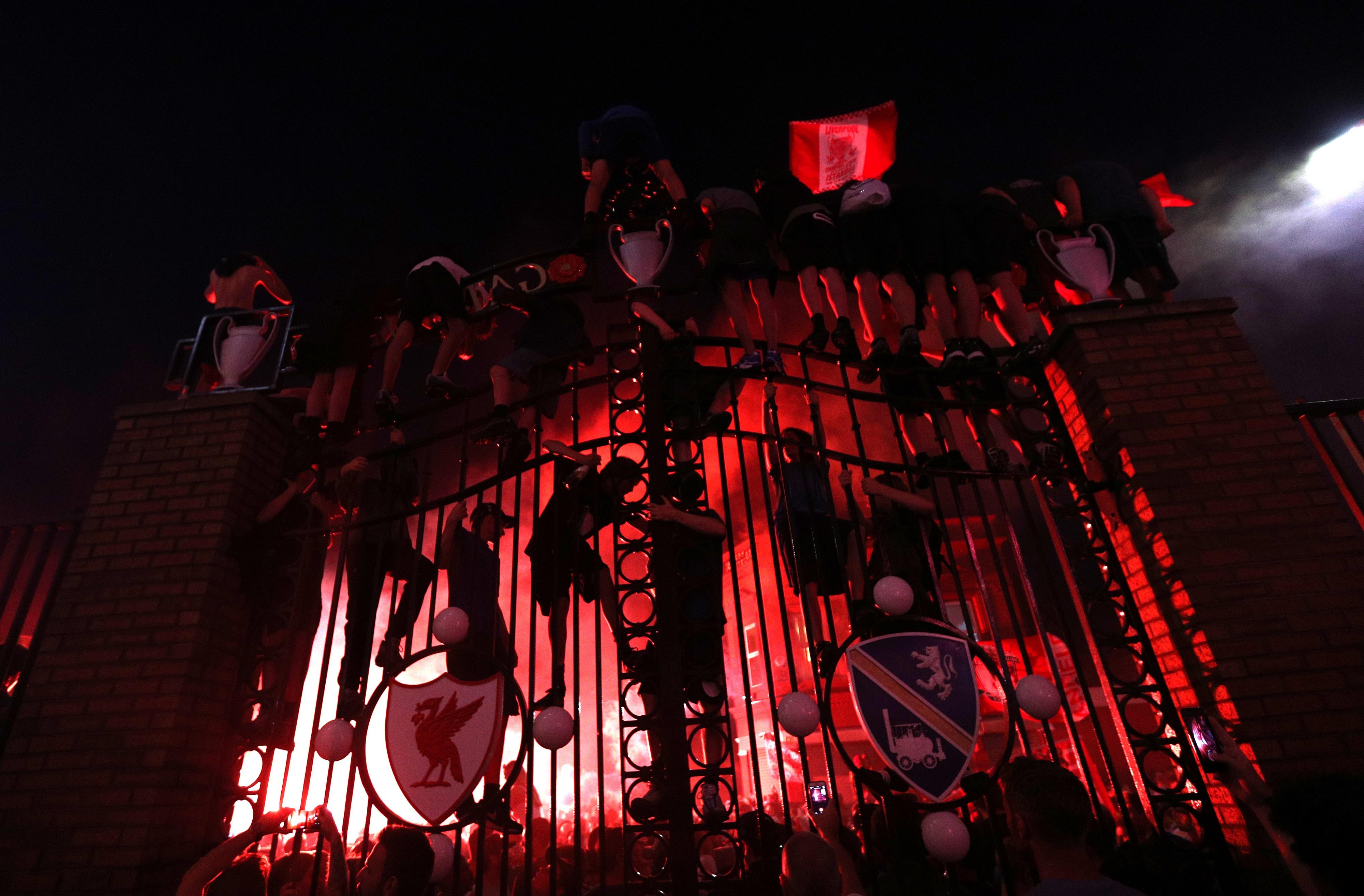 Фанаты «Ливерпуля» на заборе «Энфилда»