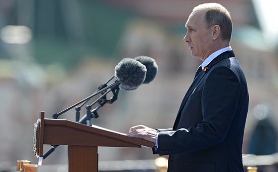 Президент России Владимир Путин выступает во время военного парада в честь 70-летия Победы