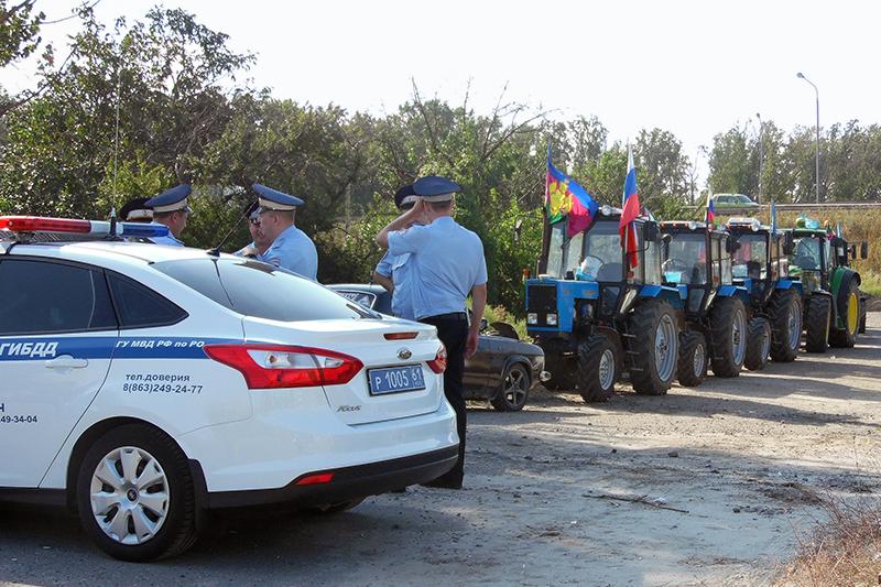 Сотрудники полиции Ростовской области вовремя перекрытия движения участникам акции впоселке Дорожный, 23 августа 2016 года