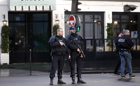 Патруль у полицейского участка в 18-м округе Парижа