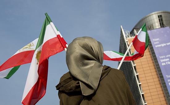 Активистка с иранским флагом в Брюсселе во время заседания Евросовета по иранскому вопросу