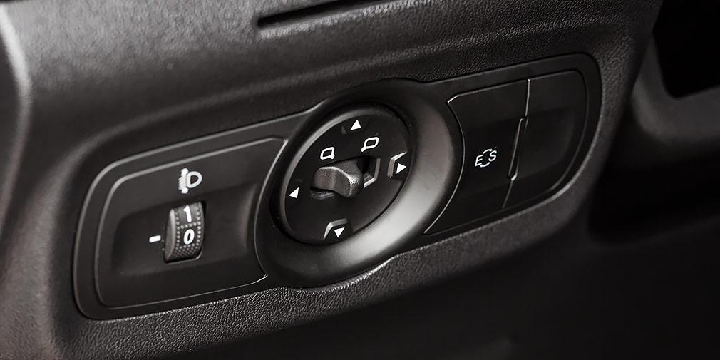 Заглушка у левого колена — вместо кнопки ESP, которой кроссовер оснащен в Китае. Также китайцам доступна система удержания при старте на подъем.