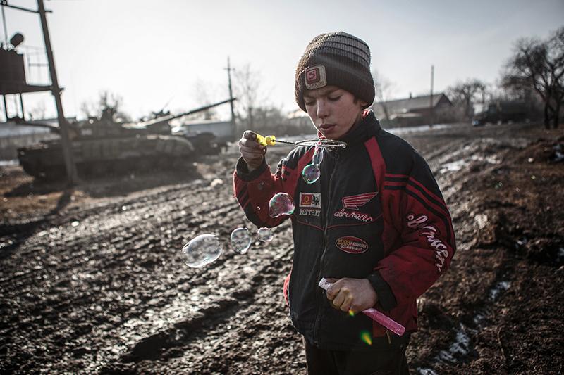 Мальчик в Углегорске Донецкой области.