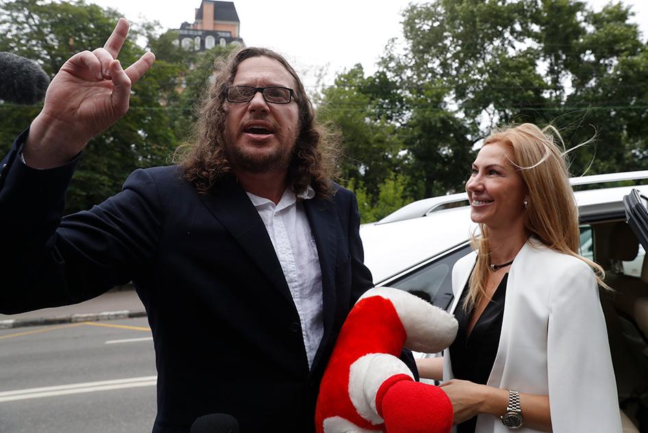 Бизнесмен Сергей Полонский и его супруга Ольга Дерипаско после вынесения приговора и освобождения у здания Пресненского суда