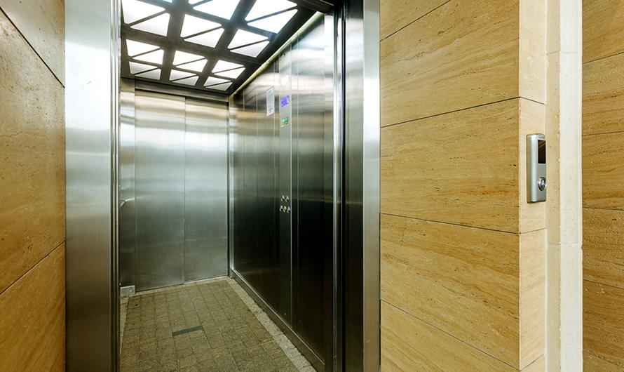 Керамическая плитка наполу холлов обеспечит чистоту подъездов, аэнергосберегающее освещение—экономию припользовании коммунальными услугами
