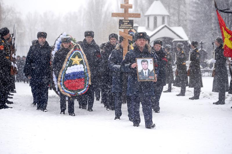 Похороны погибшего в Сирии пилота бомбардировщика Су-24 Олега Пешкова в Липецке, 2 декабря 2015 года