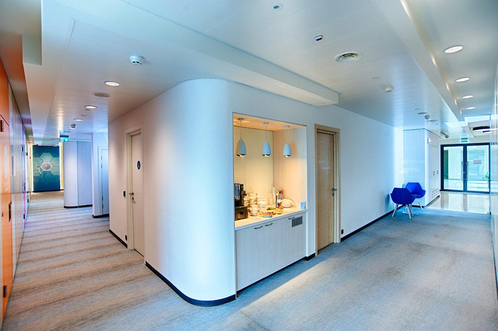 «В офис интегрирован ряд энергосберегающих технологий, вчастности, система освещения оснащена диммированием идатчиками присутствия, оптимизирующими использование электроэнергии»,— сказал коммерческий директор компании «Гинт-М» Артем Пантелеев