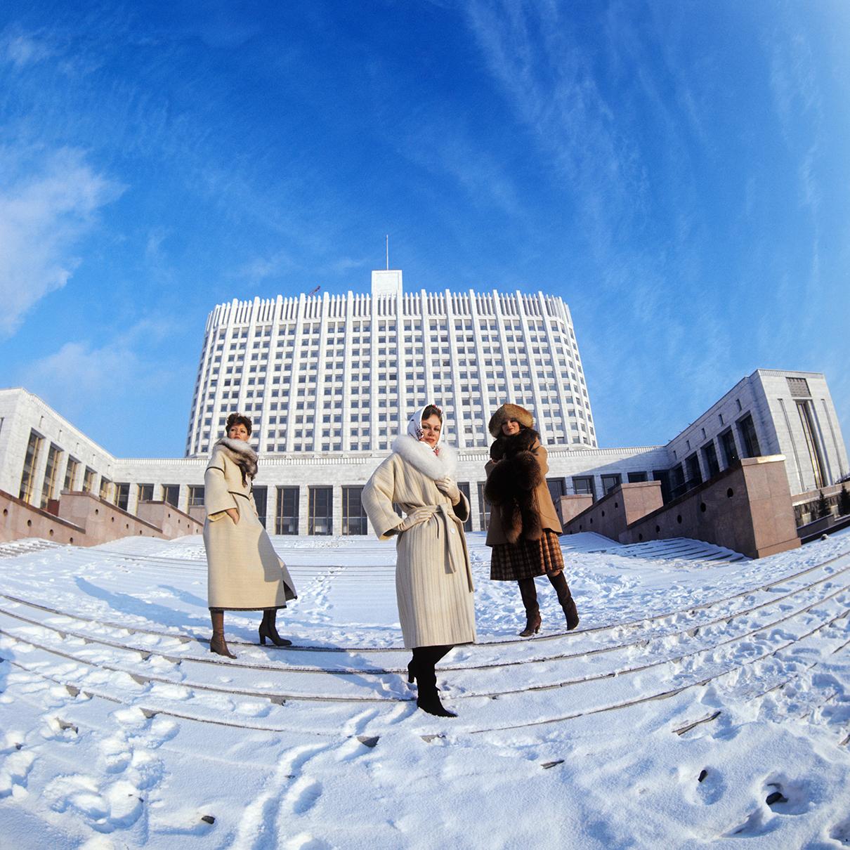 1977 год. Демонстрация женских зимнихпальто из коллекции салона «Москвичка». Пальто отделаны мехом песца и енота
