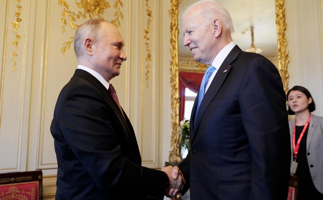 Владимир Путин и Джо Байден во время встречи в рамках российско-американского саммита