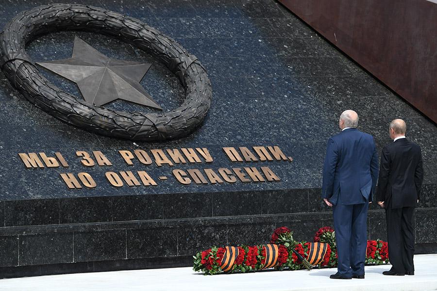 Александр Лукашенко (слева) и Владимир Путин