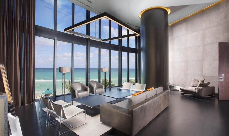 Интерьеры апартаментов, разработанные дизайн-студией Porsche, выполнены в«автомобильном» стиле: например, кухонные гарнитуры сделаны изуглеродного волокна, которое используется вавтомобильной промышленности