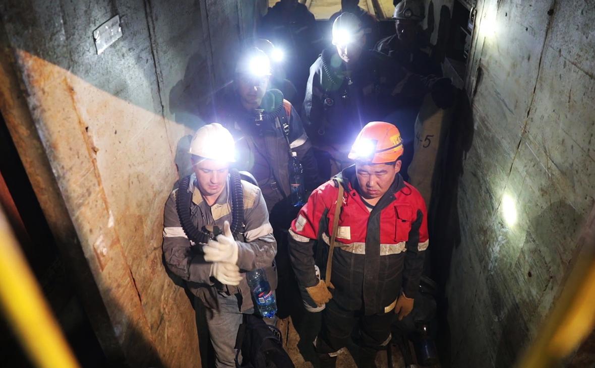 Отряд горноспасателей спускается в шахту «Мир»