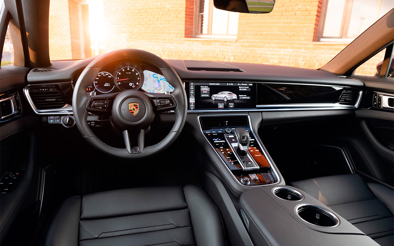 <p>Обилие глянца, сенсоров и дисплеев в салоне Porsche Panamera сбивает с толку, а виртуальное управление дефлекторами вентиляции попросту неудобно.</p>