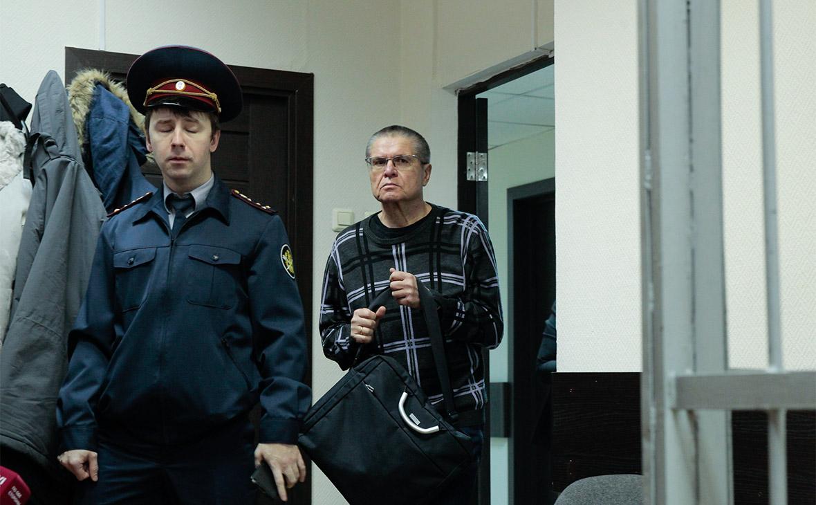 Алексей Улюкаев (справа) в Замоскворецком суде