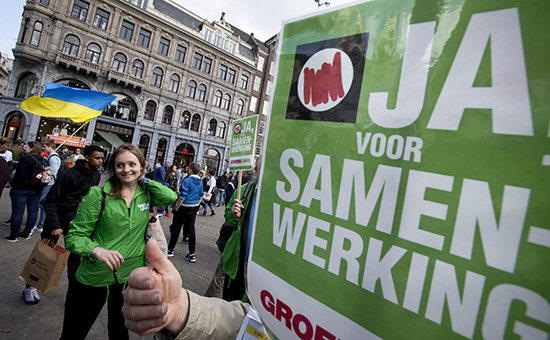 Активисты в поддержку ассоциации Украины с Евросоюзом на улицах Амстердама