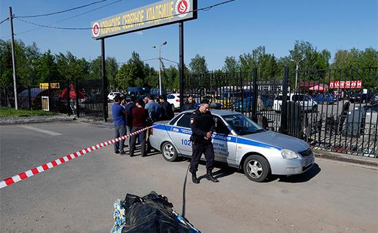 Полиция у входа наХованское кладбище