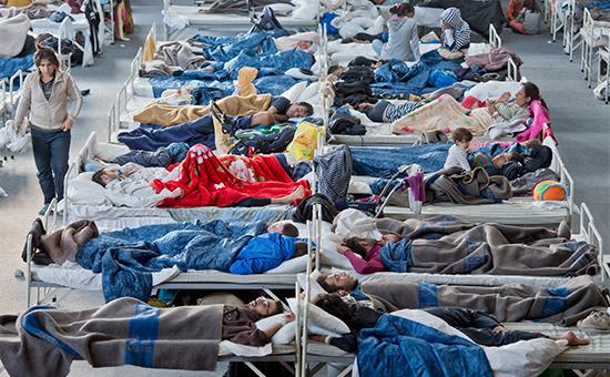 Беженцы отдыхают в одном из приютов в Центральной Германии