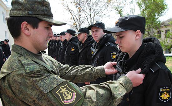Призывники перед отправкой на службу в сборном пункте военного комиссариата города Севастополь