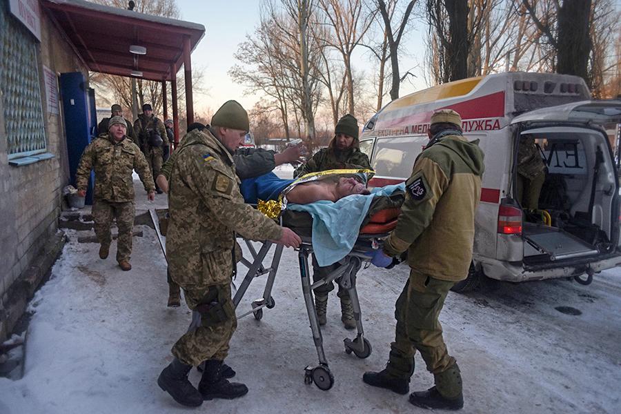 29 января врайоне города Авдеевки, в6км отДонецка, начались бои междусилами ДНР иукраинской армией. Кто первым начал вести обстрел,неизвестно. Стороны обвиняют вэтом друг друга.  На фото: медики ВСУ эвакуируют раненых изгоспиталя вАвдеевке