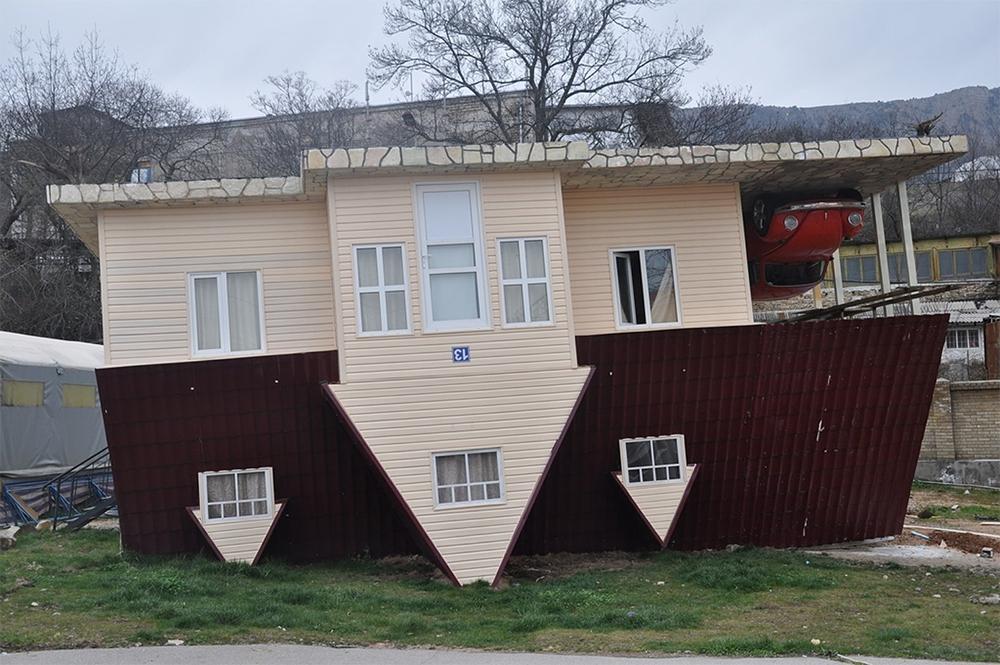 Дом в Ялте - один из первых перевернутых домов в странах бывшего СССР
