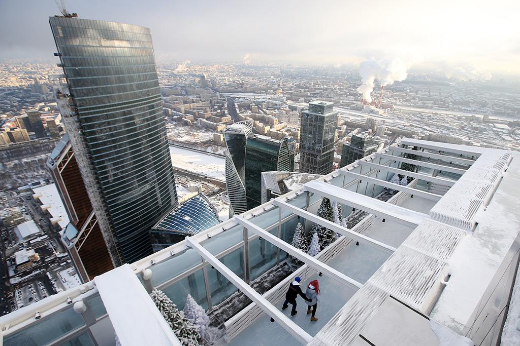 Особая система поддержания температуры льда позволяет катку функционировать дажеприположительной температуре. Пороговым значением является +5 градусов поЦельсию