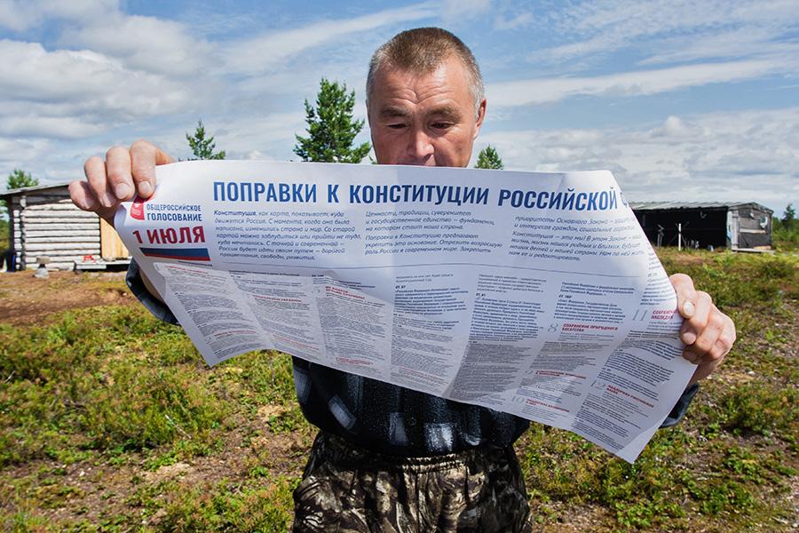 Житель отдаленного хантыйского стойбища во время досрочного голосования по поправкам в Конституцию РФ
