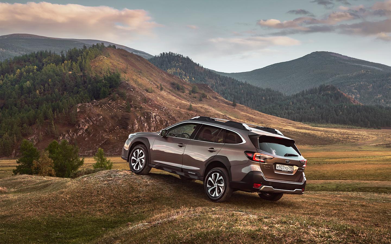Разброс цен междубазовым и топовым Subaru Outback — от 3 869 000 до 3 999 000 рублей. При этом различия по большей части сводятся к декоративным элементам, а из оборудования максимальная комплектация предлагает только люк, CD-проигрыватель (да, в 2021 году) и акустику Harman/Kardon. Но последняя играет действительно хорошо и может для кого-то стать весомым аргументом.