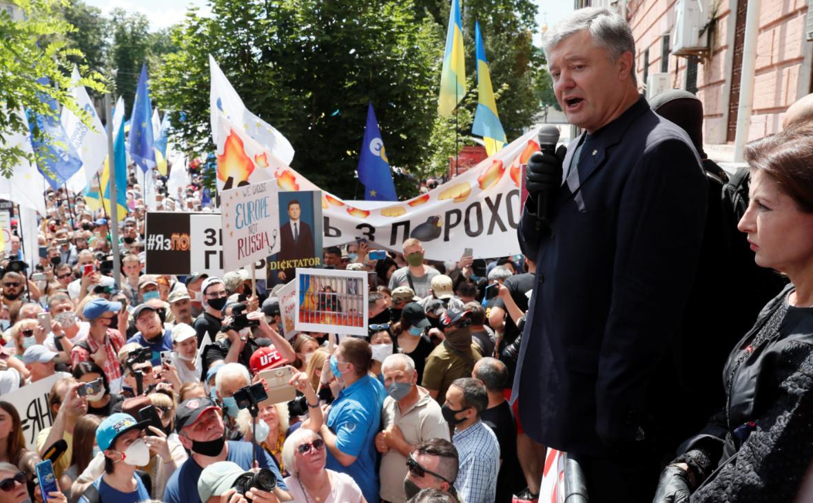 Петр Порошенко приветствует сторонников у здания Печерского районного суда