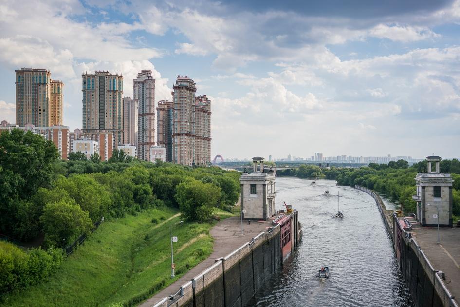 Вид на канал имени Москвы, ЖК «Алые Паруса» и 12-й микрорайон Щукина