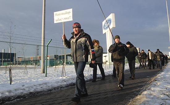Рабочие завода Ford на территории предприятия во Всеволожске. Архивное фото