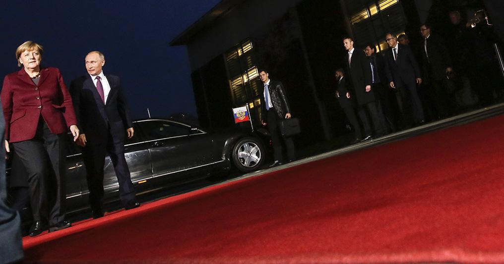 Канцлер Германии Ангела Меркель ипрезидент России Владимир Путин передначалом переговоров внормандском формате