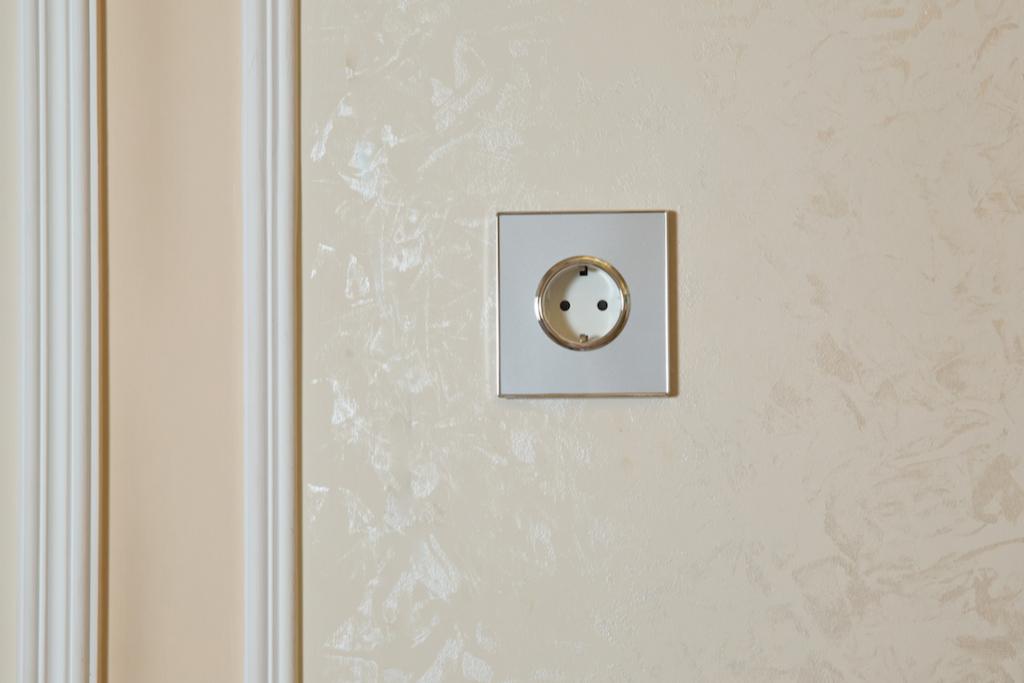 Также следует обновить старые розетки и выключатели. Именно мелкие детали могут испортить общее восприятие интерьера