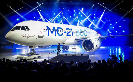 Премьер-министр РФ Дмитрий Медведев вовремя выступления нацеремонии выкатки магистрального самолета МС-21-300 наавиационном заводе корпорации «Иркут»