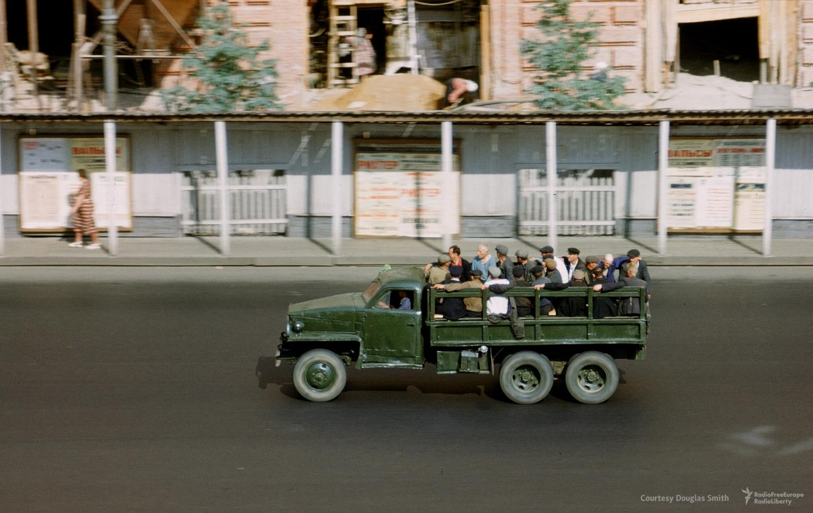 Люди едут вгрузовике поНовинскому бульвару