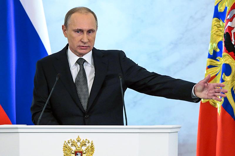«Власти знают, кто эти спекулянты»   Сегодня мы столкнулись с сокращением валютных поступлений и, как следствие, с ослаблением курса национальной валюты. Вы знаете, что Банк России перешел к плавающему курсу, но это не значит, что он самоустранился от влияния на курс рубля, что курс рубля может безнаказанно становиться объектом финансовых спекуляций. Я прошу Банк России и правительство провести жесткие скоординированные действия, чтобы отбить охоту у так называемых спекулянтов играть на колебаниях курсов российской валюты. Власти знают, кто эти спекулянты, и инструменты влияния на них есть. Пришло время воспользоваться этими инструментами.   президент Владимир Путин, выступая с посланием Федеральному собранию   Интерфакс 4 декабря 2014 года