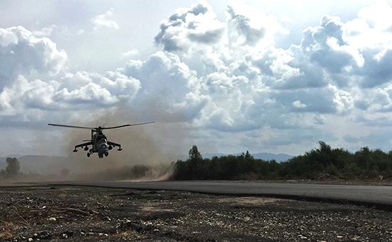 Российский ударный вертолет Ми-24 нааэродроме «Хмеймим» вСирии
