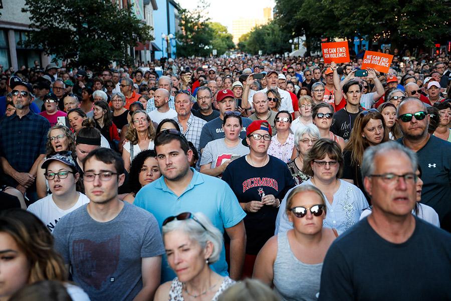 Люди собираются на месте стрельбы в Дейтоне, Огайо